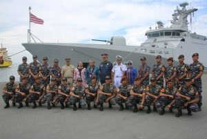 Naval Force East Mindanao (NFEM) Kolonel Aldrin Doctor bersama Konjen RI untuk Davao City, Athan RI Filipina , Head of Conselor Davao City, Wakil Walikota Gensa Filipina berfoto bersama para  Satgas Port Visit 2017.
