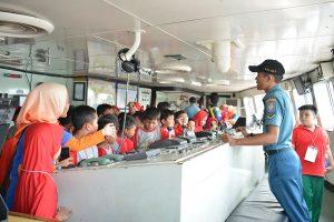 Para pelajar SDIT Assalam tampak antusias menyimak penjelasan salah seorang prajurit KRI Tanjung Kambani 971 diruang anjungan.
