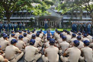 Wagub AAL saat Brigadir Jenderal TNI (Mar) Suhono memberangkatkan Satuan Latihan (Satlak) Praktek Jalayudha Taruna AAL Tingkat IV Angkatan ke-63 Tahun 2017 dalam suatu upacara militer di Lapangan Resimen AAL Bumimoro, Surabaya, Kamis (2/11).