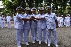 Salam Komando Dansatsurvei Hidros Kolonel Laut (P) Dwi Jantarto dengan para pejabat komandan.