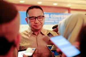 CEO Pelindo III IGN Askhara Danadiputra memberikan keterangan kepada wartawan terkait HUT Pelindo ke 25, kinerja positif Pelindo III, serta pelaksanaan lomba lari Pelindo Port Run di Hotel Shangri-La, Surabaya, Rabu (28/11).