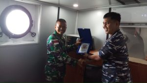 Pemberian Cinderamata oleh Komandan Mayor Laut (P) Wendy Nizwar Rizaldi, S.Sos., kepada salah satu perwakilan Perwira dari Batalyon 500/R-Sikatan.