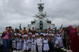 Foto bersama para siswa TK Hang Tuah II Belawan dengan para prajurit KRI Bung Tomo-357.