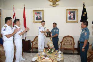 Pangarmatim dan Commander Cruise Task Group  Republic Of Korea Navy, salin bertukar cinderamata yang bertempat di Ruang VIP Room Nala Koarmatim, Ujung, Surabaya. Senin (06/11).