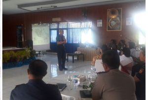 Kapushidrosal Laksamana Muda TNI Harjo Susmoro saat memberikan ceramah pada kegiatan Safari Hidrografi di Ambon.