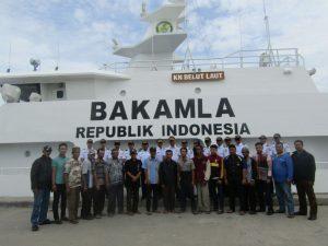 Foto bersama peserta sosialisasi Keamanan Laut Bakamla RI di depan KN Belut.