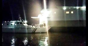 Proses evakuasi Kapal KFC Jet Liner oleh para petugas Kesatuan Penjagaan Laut dan Pantai (KPLP) Kesyahbandaran dan Otoritas Pelabuhan (KSOP) Kelas II Kendari.