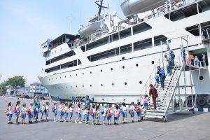 Siswa – siswi TK Santa Patricia Duta Garden naik ke KRI Tanjung Nusanive-973 dalam rangka kunjungan wisata edukasi.