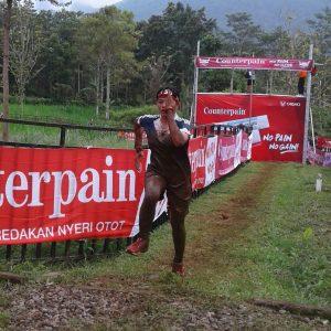 Seorang Taruna AAL sedang berlari dalam Lomba Mud Warrior tingkat nasional.