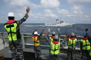 Latihan bersama Helang Laut 18B/17 yang berlangsung di Perairan Laut Natuna Utara. Tampak para prajurit TNI AL melambaikan tangan ke arah KDB Daaruttaqwa-09 milik Tentara Diraja Brunei Darussalam.