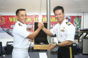 Kolonel Laut (P) Agam Endrasmoro sebagai Commander Task Group (CTG) menyerahkan cinderamata kepada Deputy Commander Task Group (DCTG) Ltc Rasman bin Puteh.