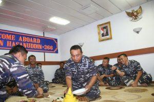 Pemotongan tumpeng perayaan 10 tahun KRI Sultan Hasanuddin-366 mengawal NKRI oleh Komandan Kapal Letkol Laut (P) Bina Irawan Marpaung.