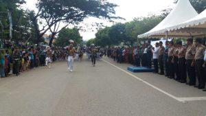Kirab kota Genderang Suling Gita Jala Taruna AAL di tengah Kota Kendari yang sedang memberikan hormat kepada Gubernur AAL.
