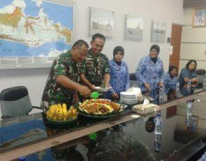 Komandan Satlinlamil Surabaya Kolonel Laut (P) Bambang Trijanto memotong nasi tumpeng sebagai simbol tasyakuran peringatan HUT Korpri ke-46 jajaran ASN Satlinlamil Surabaya.