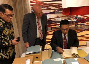 Dirpamkersamtas Kolonel Laut (E) Yanuar Handwiono melihat buku indeks arsip pemetaan yang ada di Arsip Nasional Belanda pada kunjungan ke Arsip Nasional Belanda di kota Den Haag.
