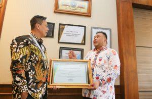 Pelindo III Toto Heli Yanto menerima penghargaan Zero Accident Award dari Deni Suwardani.