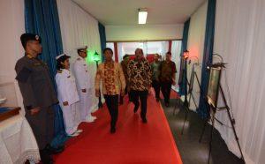 Pameran foto menyambut HUT ke-3 Bakamla RI. Tamak berjalan memasuki ruang acara, Menkopolhukan Jend. TNI (Purn) Wiranto yang berjalan di antara lukisan yang dipamerkan.