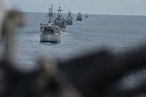 Formasi kapal perang (KRI) yang terlibat dalam Latihan Operasi Pendaratan Administrasi (Latopsratmin) 2017 di perairan Singkawang menuju sasaran.