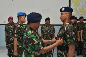 Dankodiklatal Laksda TNI Darwanto menyematkan brevet kepada para siswa Pendidikan Pertama Perwira Prajurit Karier (Dikmapa PK) TNI Angkatan Laut Korps Kesehatan Tahun 2017 di gedung Betelgeuse kesatrian Buimimoro Kodiklatal.