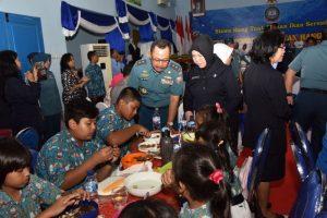 Pangarmatim makan ikan bersama para siswa di salah sakolah Yayasan Hang Tuah di Surabaya.