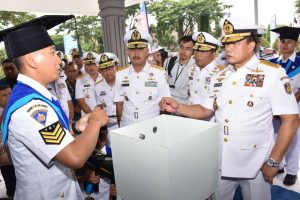 Kasal Laksamana TNI Ade Suandi mewisuda para mahasiswa yang lulus dari STTAL.