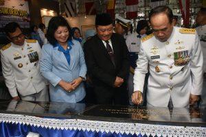 Kasal Laksamana TNI Ade Supandi menandatangani peresmian Komplek TNI AL Tony Sukaton.