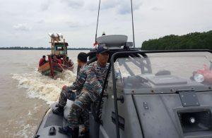 WFQR I Lanal Tanjung Balai Asahan/Koarmabar berhasil menangkap 2 kapal tanpa nama yang bermuatan TKI Ilegal di perairan Sei Nangka Kabupaten Asahan, Senin (15/1).