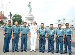 Foto bersama Athan Australia dengan Kasarmatim beserta para perwira yang berada di bawah jajaran Koarmatim.