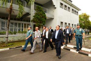 Kepala Staf TNI Angkatan Laut Laksamana TNI Ade Supandi bersama para Alumni AAL Angkatan 28 melakukan tour faciliyty di Kampus AAL Bumimoro Surabaya.