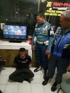 Tim Provoos Kolinlamil saat berhasil menangkap oknum TNI gadungan yang melakukan penipuan sepeda motor diserahkan ke Polsek Kembangan, Jakarta Barat.