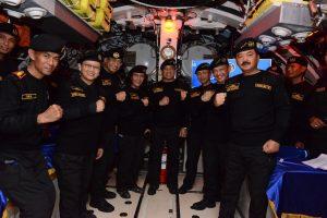 Foto bersama Kasal, Komandan Kapal, beserta awak KRI Nagapasa-403 dengan enam pejabat negara yang menerima brevet Hiu Kencana.