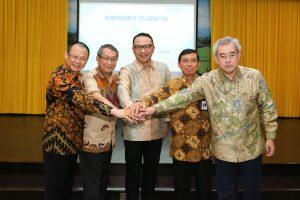 Foto bersama Dirut Pelindo III denan pihak swasta yang bersinergi dengan Pelindo III.