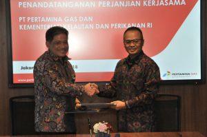 Sekjen KKP Rifky Effendi Hardijanto bersalaman dengan Presiden Direktur Pertamina Gas Suko Hartono susai penandatanganan mengelola sektor kelautan dan perikanan, dalam hal pemanfaatan program Corporate Social Responsibility (CSR) serta Program Kemitraan dan Bina Lingkungan (PKBL) di Gedung Oil Center Jakarta, Rabu (17/1).