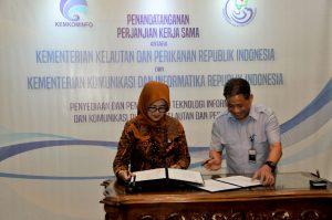 Sekjen Kemkominfo Farida Dwi Cahyarini bersama Sekretaris Jenderal KKP Rifky Effendi Hardijanto menandatangani perjanjian kerja sama tentang Penyediaan dan Pemanfaatan Teknologi Informatika dan Komunikasi di Sektor Kelautan dan Perikanan di Kantor KKP Jakarta, Kamis (18/1).