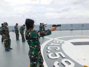 Prajurit KRI Banda Aceh 593 sedang berlatih menembak senjata laras pendek atau pistol jenis G-2 dengan sasaran Pulau Gundul, Karimun Jawa.
