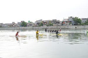 Tim Dayung Kolinlamil sedang berlatih sebagai salah satu pemanfaatan Danau Sunter sebagai Sarana Olahraga air.