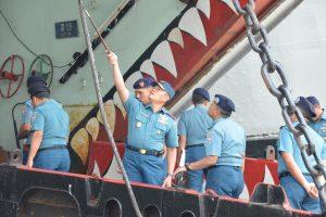 Panglima Kolinlamil Laksda TNI Yudo Margono, S.E. bersama staf saat melaksanakan inspeksi di KRI Teluk Hading 538.