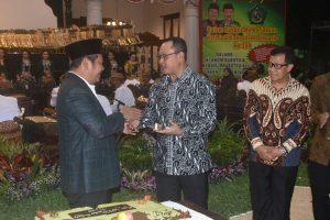 Buati Sidoarjo memberikan potongan kue ulang tahun kepada Pangarmatim Laksda Didik Setiyono sesaat sebelum gelaran Wayang Kulit berlakon Dewa Ruci di Pendopo Delta Wibawa Sidoarjo. Kamis, (15/02).