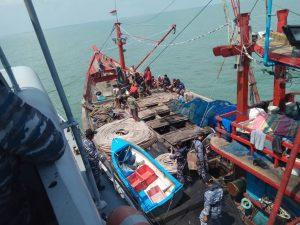 KRI Sigalu-857 saat menangkap KM Samudra Indah di perairan Belawan Medan, Minggu (18/2).
