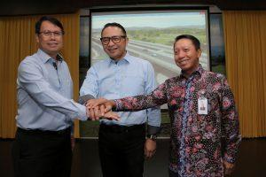 Foto bersama Dirops 1 Wika, CEO Pelindo III, dan Diropkom Askrindo.