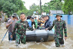 Tim Satgas Banjir Kolinlamil saat membantu evakuasi warga korban banjir Sunter pada tahun 2015.