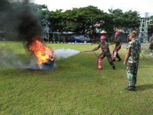 Latihan pemadam kebakaran Satlinlamil Surabaya.