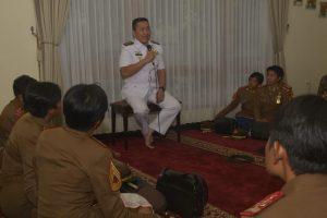Danlantamal V Kol. Laut (P) Edwin saat memberikan ceramah di depan para taruna dan taruni AAL yang engunjungi rumah dinasnya.