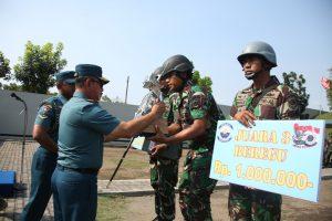 Pangarmatim memberikan hadiah kepada juara pertama lomba menembak KRI di jajaran Koarmatim.