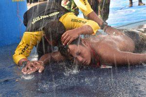 Kopda Marinir Budi Santoso saat menyentuh garis finis sebagai yang tercepata dalam ajang Lomba Renang Lintas Selat Sunda 2018.