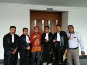 Rusdianto Samawa berfoto bersama penasehat hukum dan perangkat persidangan seusai menjalani sidang yang sedang dihadapinya.