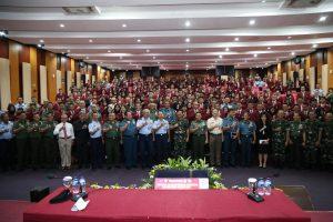 Foto bersama Panglima TNI Marsekal TNI Hadi Tjahjanto seusai kuliah umum di Universitas Pertahanan, Bogor (13/3).