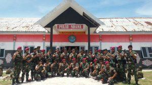 Foto bersama Dankormar dengan para prajurit penjaga Pulau Ndana.