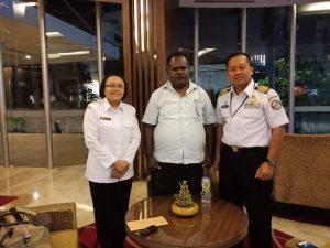 Pertemuan Kepala Biro Umum Bakamla RI Kolonel Marinir Sandy M Latief dan Kazona Kamla Maritim Timur Vetty V Salakay dengan Bupati Asmat Elisa Kambu di Hotel Aston, Pluit, Jakarta Utara, Jumat (28/3).