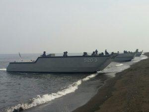 Unsur KRI Kolinlamil KRI Teluk Bintuni 520 dan KRI Teluk Lampung 540 sedang melaksanakan latihan beaching dan retrack di Pantai Banongan, Asembagus, Situbondo, Jawa Timur.